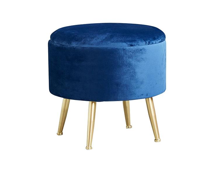 Ghế đôn bọc vải nhung kết hợp với chân kim loại tạo nên vẻ sang trọng, hiện đại
