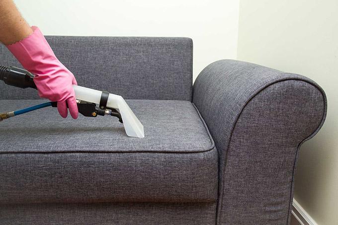Vệ sinh ghế sofa bằng máy hút bụi